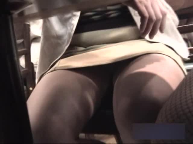 お店で同じテーブルの対面に座ったお姉さんやJKのスカートの奥に見えるパ...