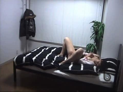 帰宅するといきなりベッドの上でオナる変態OL
